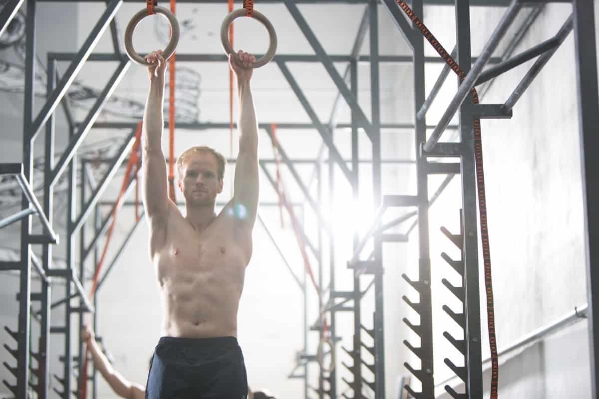 I disciplinen ringe skal gymnasten hoppe op og gribe fat i to ringe, som hænger ned fra et højt stativ i to stropper